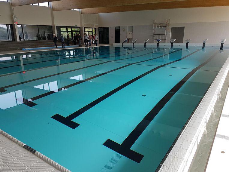 Het nieuwe zwembad is al gevuld en lekt. Heel miniem, maar de stad wil dat de aannemer het probleem toch eerst oplost.