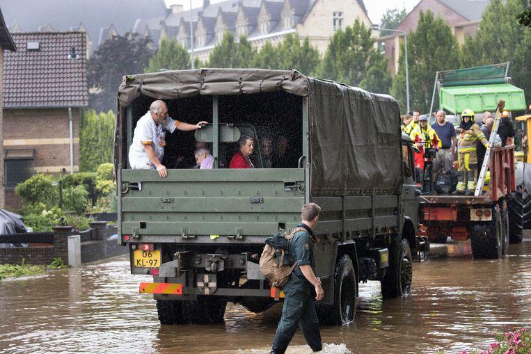 Brandweer en leger evacueren mensen in Valkenburg vanwege het wassende water. Beeld Arie Kievit