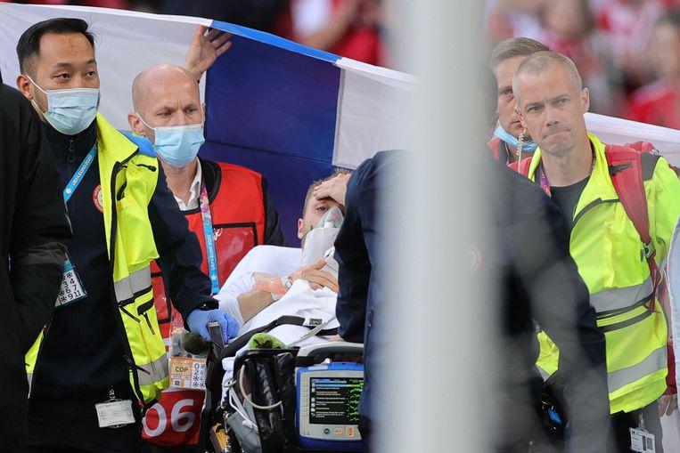 Deze foto laat Eriksen zien nadat hij medische hulp had gekregen op het veld. Hij ligt in stabiele toestand in het ziekenhuis. Beeld AFP