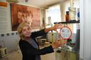 Marian Roos-Koolwijk, coördinator bij Museum Scheldewerf, toont één van de stickers met coronamaatregelen.
