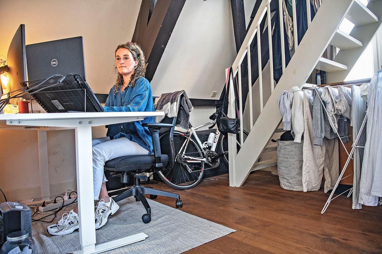 Een werkplek thuis, op vierhoog in het centrum van Amsterdam.  Beeld Guus Dubbelman / de Volkskrant