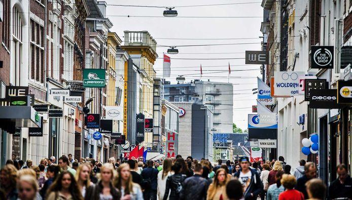 Winkelend publiek in de Herestraat in Groningen.