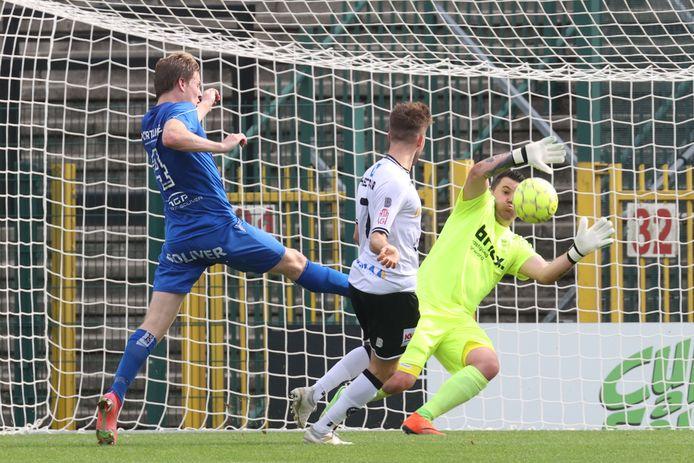 Een doelpoging van Gianni Lingier (m.) in de derby tegen SV Rumbeke.