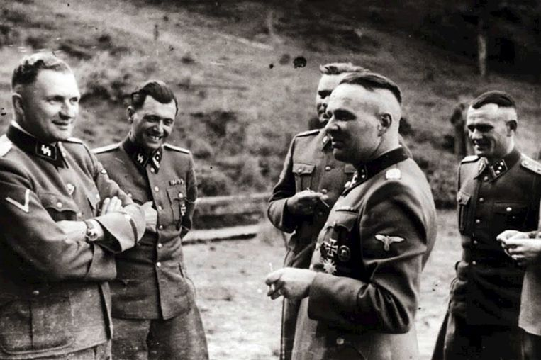 SS-officiers in Auschwitz, met Josef Mengele als tweede van links. Beeld BELGAIMAGE