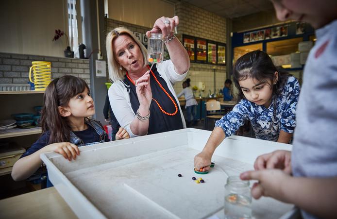 """Leerkracht Annette Noordijk vindt haar leerlingen 'superleuk'. ,,Maar hun achterstanden krijg je niet zomaar weggepoetst met uurtjes hockey of yoga."""""""