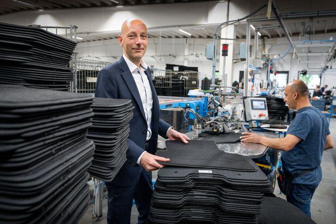 Directeur Berry van der Velden bij de productie van de automatten in Schijndel.