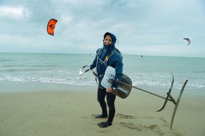 Annelous Lammerts pauzeert even tijdens haar tocht van 200 kilometer voor de Zeeuwse en Zuid-Hollandse kust.