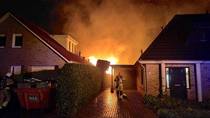 Vlammen slaan uit een schuur achter een woning in Oldenzaal. De schuur kan als verloren worden beschouwd.