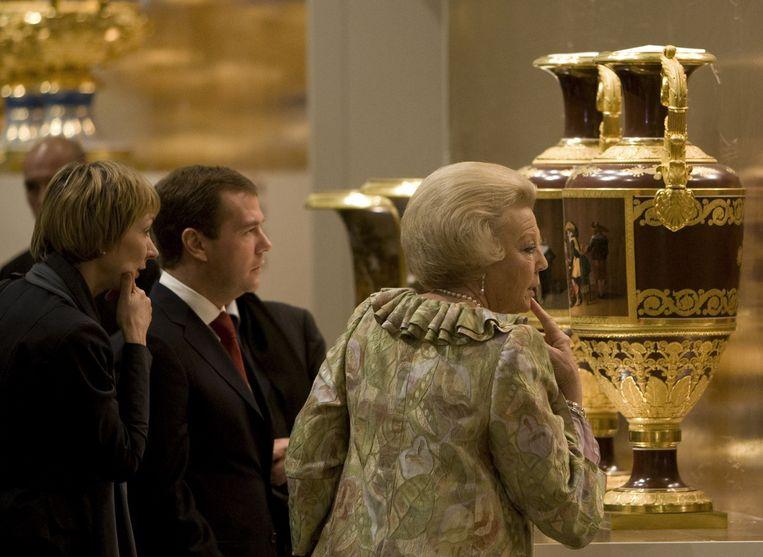 Koningin Beatrix en de Russische president Dimitri Medvedev vrijdag tijdens de rondleiding bij de opening van het museum de Hermitage Amsterdam.  Foto ANP Beeld