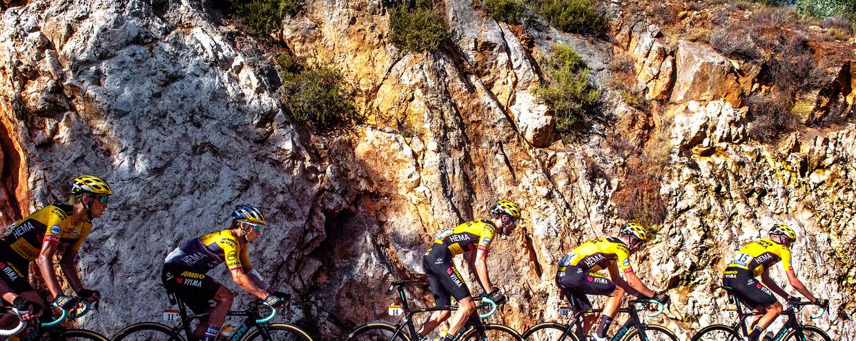 De ploeg van Jumbo-Visma aan kop in de Tour de France. Beeld Klaas Jan van der Weij / de Volkskrant