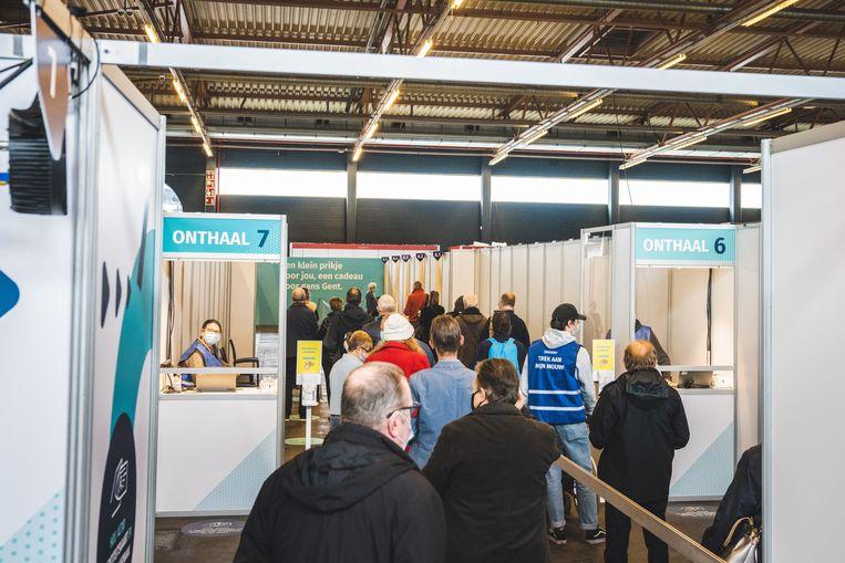 Het vaccinatiecentrum van Gent in Flanders Expo. Beeld Wannes Nimmegeers