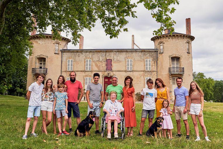 In 'Château Planckaert' gaat de familie Planckaert aan de slag met een vervallen kasteel in de Franse Auvergne. Beeld VRT