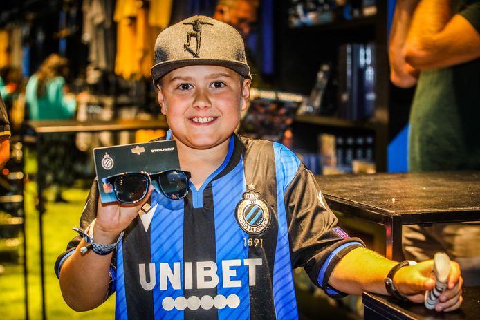 De 10-jarige Dante De Decker uit Heist stond al om 8 uur voor de winkel. Hij vindt een Club-zonnebril wel cool.