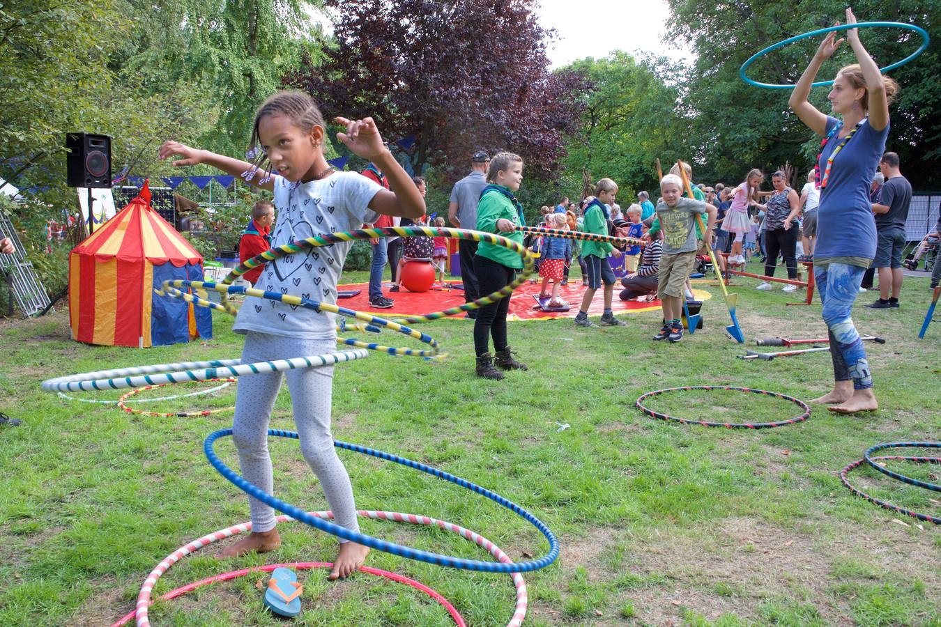 Hoepefeest tijdens het  Carolinafestival in het Carolinapark in Dieren.