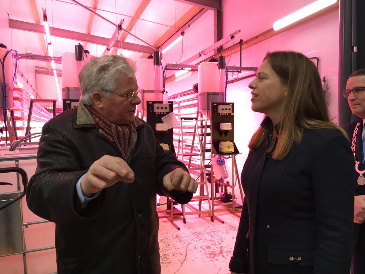 Adri Bout (links) geeft uitleg aan minister Carola Schouten. Uiterst rechts de Noord-Bevelandse burgemeester Marcel Delhez.