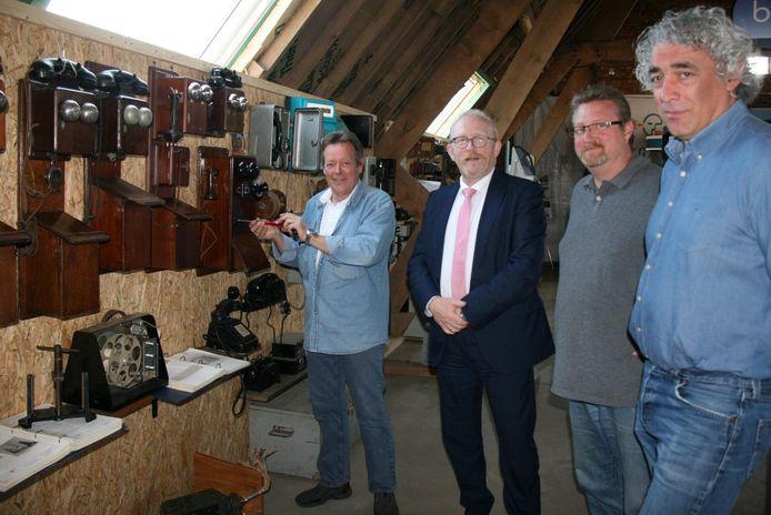 Als eerste bezoekers van zijn telefoonmuseum mocht Michel de Stabroekse burgemeester Rik Frans verwelkomen die vergezeld was van schepen Herman Jongenelen en de Berendrechtse districtsschepen Rudi Sempels.