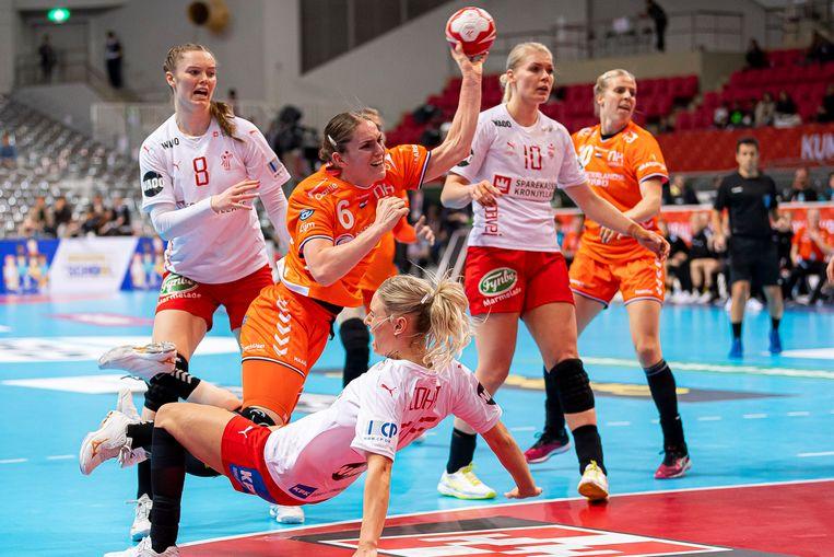 Het Nederlands handbalteam in de aanval tegen Denemarken op het WK. Beeld BSR Agency