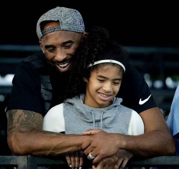 Basketballer Kobe Bryant en zijn dochter Gianna. Beeld AP