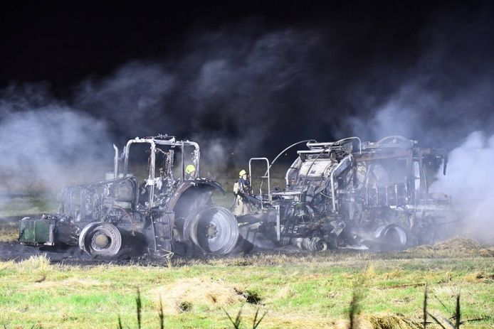 De tractor en persmachine gingen helemaal in vlammen op.