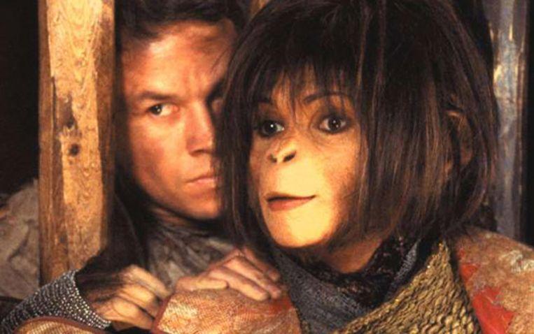 Mark Wahlberg en 'apin' Helena Bonham Carter in de Tim Burton-remake uit 2001. Beeld rv