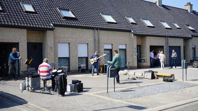 The Rolling Bullets hielden zondag hun eerste repetitie sinds een jaar en dit in een voortuin van de woning van de zanger.