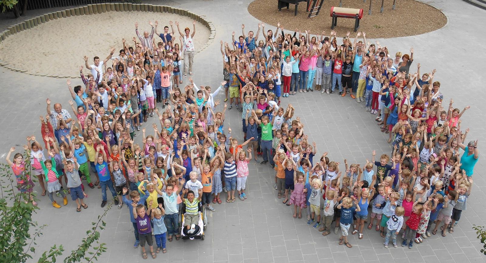 Leerlingen van De Kikkenduut vormden het getal '40' bij de viering van het 40-jarig bestaan van de eerste openbare basisschool van Oisterwijk.
