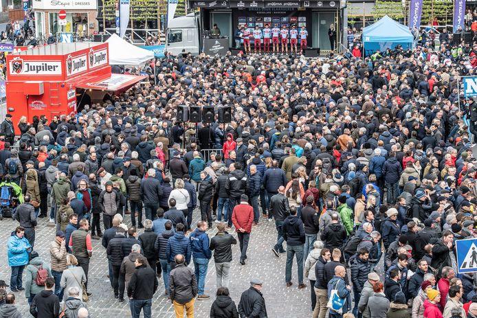 De traditionele volkstoeloop voor de Start van Dwars door Vlaanderen is dit jaar door de coronacrisis niet aan de orde.