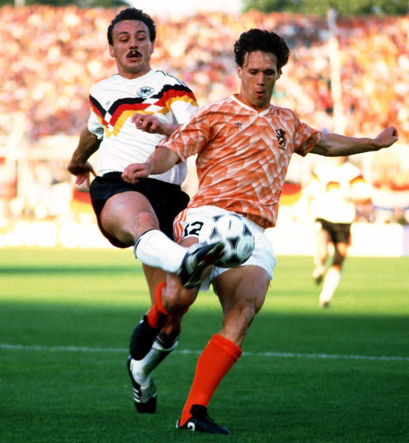 Marco van Basten in duel met Jürgen Kohler.