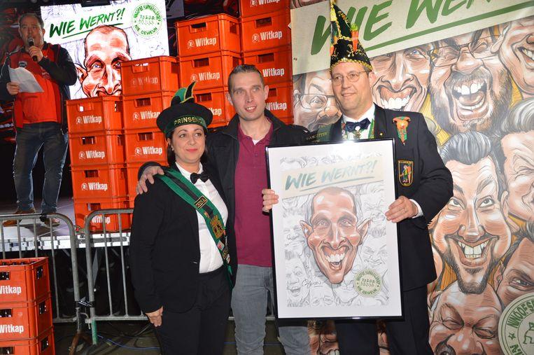 Stijn Chavatte van 'Toeters me pretensje' ontvangt zijn karikatuur van prins Chena en Karnavalraadvoorzitter Pascal Carael.