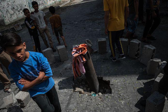 Palestijnse kinderen bi de resten van een Israëlische raket in Beit Hanoun op de Gazastrook.
