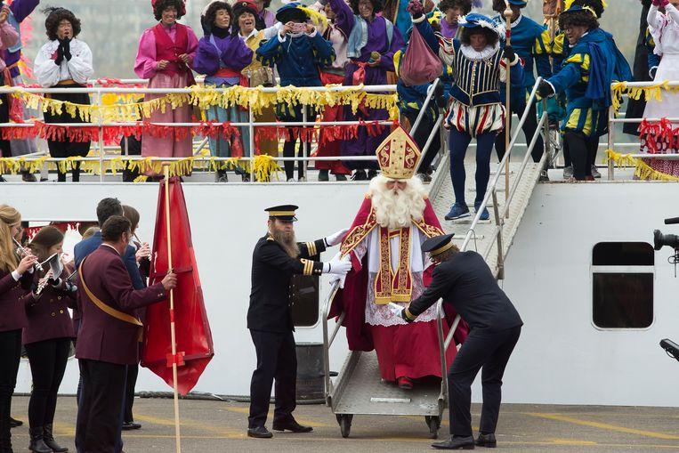 ► Bij de intrede van Sinterklaas zaterdag in Antwerpen waren alleen roetpieten te zien. Beeld BELGA