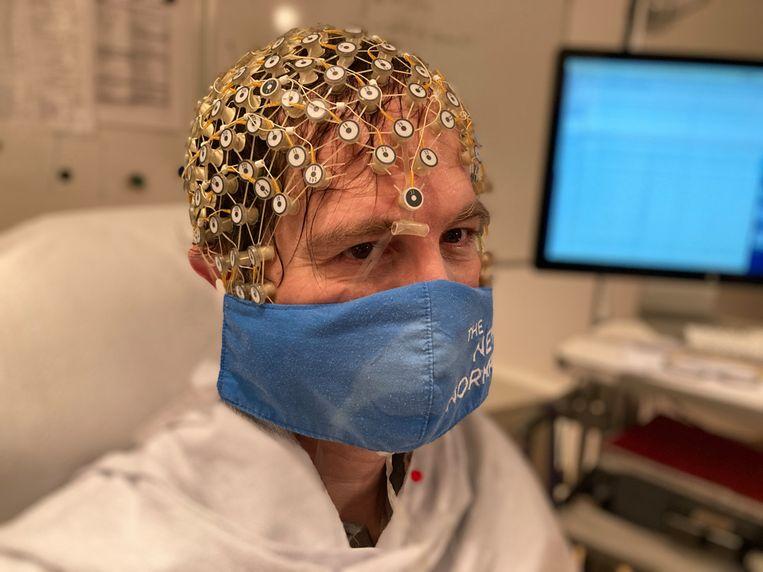 Neuroloog Steven Laureys onderwerpt ondernemers, zoals hier Peter Hinssen, aan een hersenscan op zoek naar antwoorden over zijn breinwerking. Beeld RV