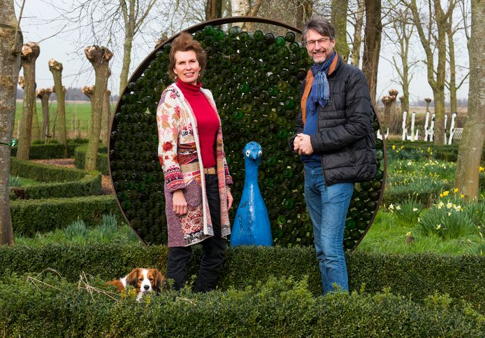 Rebecca de Boer en Juerd van der Burgt op hun buitenplaats De Blauwe Meije.