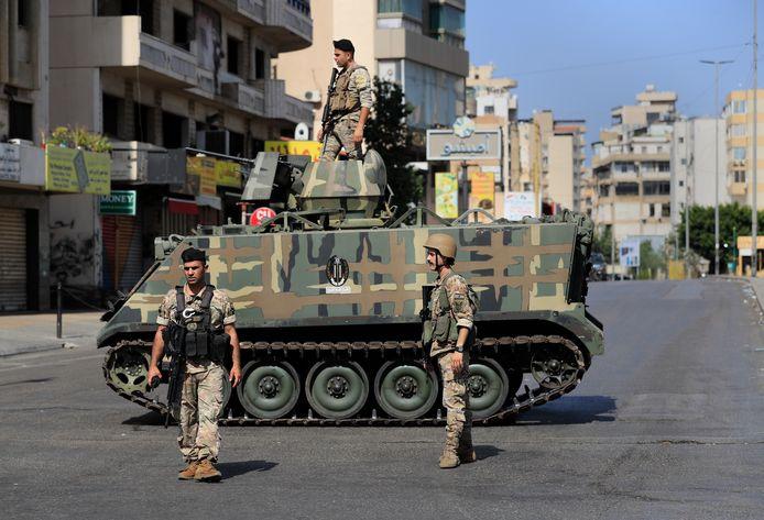 Des soldats de l'armée libanaise bloquent une route après que des affrontements meurtriers aient éclaté le long d'une ancienne ligne de front de la guerre civile de 1975-90 entre les zones musulmanes chiites et chrétiennes, dans le quartier d'Ain el-Remaneh, à Beyrouth, au Liban, ce jeudi 14 octobre 2021.