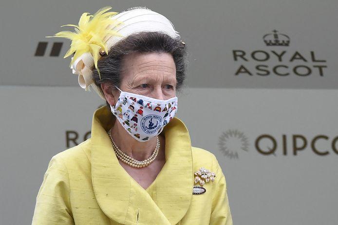 Prinses Anne koos voor een geel ensemble