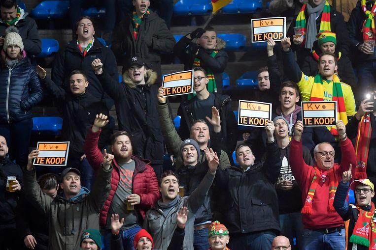 Supportersprotest in de tribune van KV Oostende. Beeld Photo News
