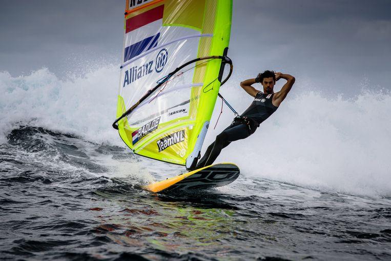 Kiran Badloe op zijn RS:X-plank tijdens een training voor de Olympische Spelen in Tokio in Playa Blanca, Spanje. Beeld Getty Images
