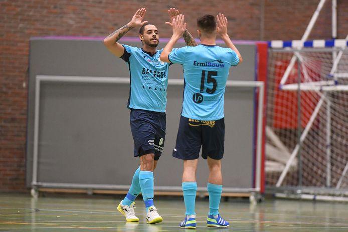 Gabriel juicht nadat hij een derde keer scoorde in de topper tegen Herentals.
