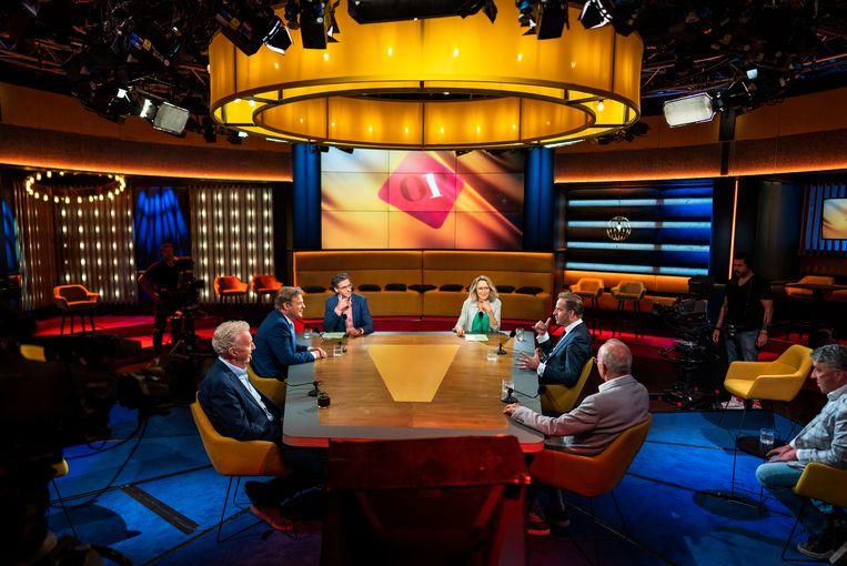 Hugo de Jonge en Pieter Omtzigt aan tafel voor aanvang van de uitzending bij Op1 in Amsterdam.  Beeld Freek van den Bergh / de Volkskrant