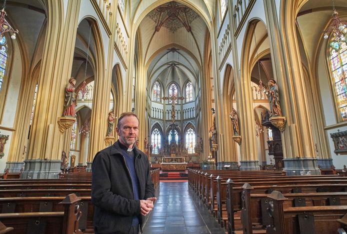 Pastoor Kerssemakers in de Grote Kerk van Oss.