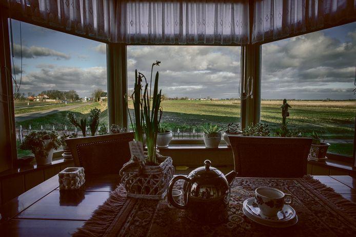 Uitzicht vanuit een woning tijdens een pastoraal bezoek.