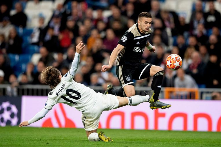 Dusan Tadic in duel met Luka Modric Beeld ANP