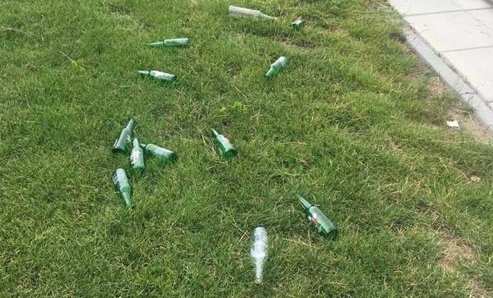 Bierflesjes naar het Glaspark in Leerdam gegooid door vandalen.