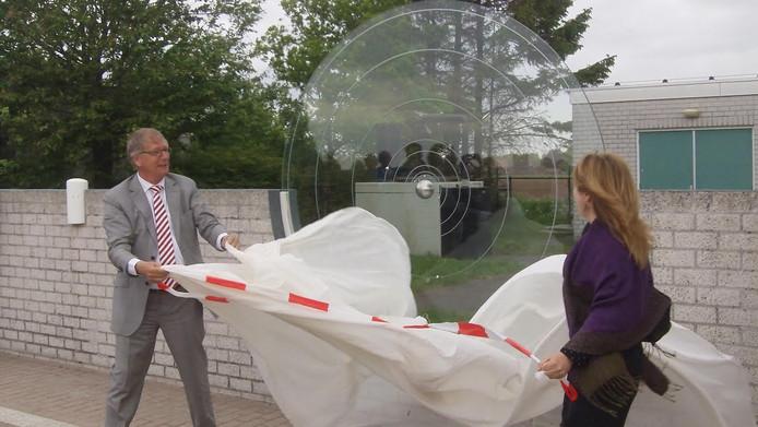 Gedeputeerde Yves de Boer en burgemeester Marieke Moorman onthullen bij sterrenwacht Halley de glazen zon, het startpunt van het planetenpad