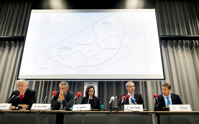 De commissie tijdens de persconferentie waarin advies wordt uitgebracht over nieuw beleid voor het beheer van de grote grazers in de Oostvaardersplassen.
