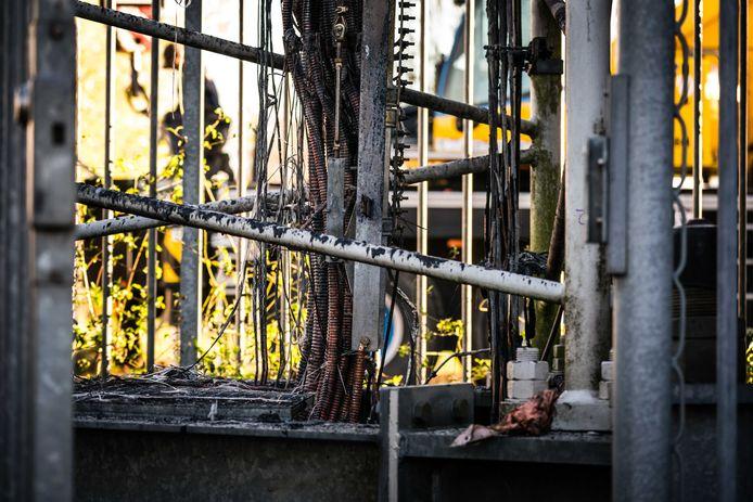 De bekabeling van een zendmast voor mobiele netwerken in Nuenen is zwaar beschadigd geraakt bij brandstichting.