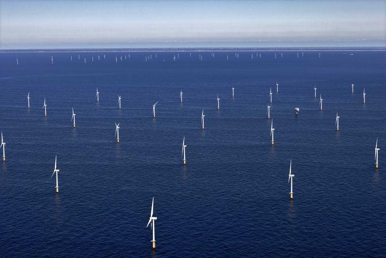 Luchtfoto van het windmolenpark voor de kust van Egmond aan Zee. Het is het eerste offshore windmolenpark dat in Nederland is gebouwd, 2021. Beeld ANP