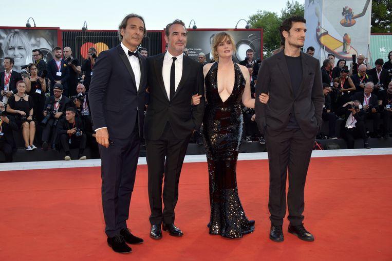 Louis Garrel, Emmanuelle Seigner, Jean Dujardin en Alexander Desplat tekenen wel present voor de première van 'J'accuse'. Beeld Photo News