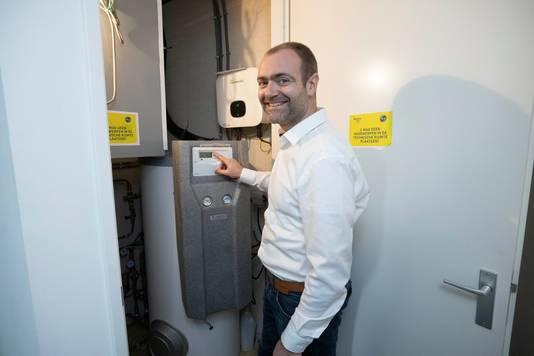 Projectmanager Sietse Jager constateert tevreden dat het energieverbruik in de modelwoning lager is dan verwacht.