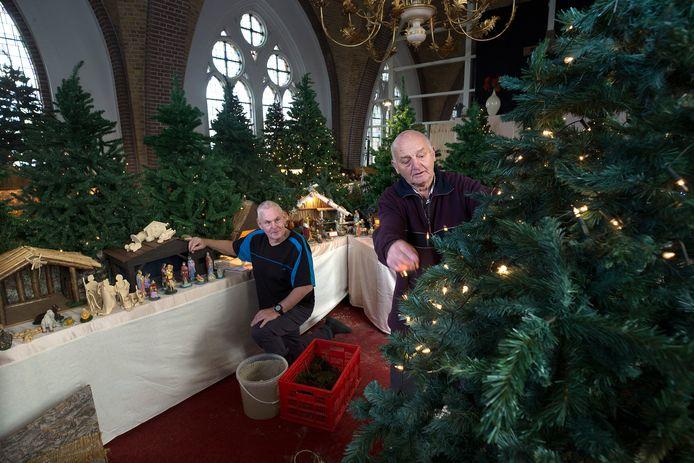 Willy ten Haaf (links), koster van de kerk in Doesburg, en Henk Wolf, koster van de kerk in Giesbeek, richten hun eigen kerstshow in: ruim 70 kerststallen die Willy de afgelopen jaren heeft verzameld.